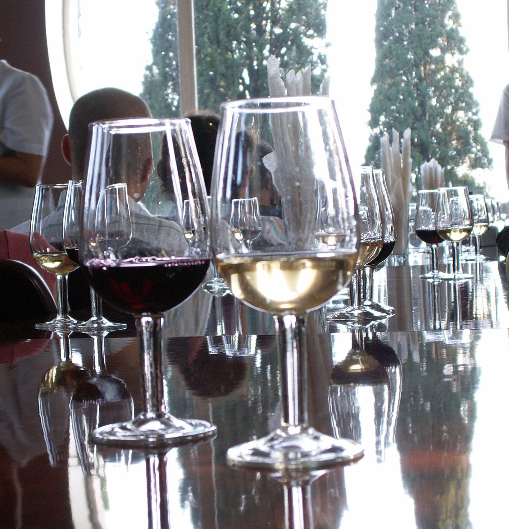 Saber elegir un vino entre todas las Denominaciones de Origen te hará parecer que sabes de vino FUENTE: commons.wikimedia.org