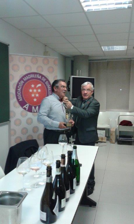 Momento de la entrega de la insignia y el trofeo de la Asociación Madrileña de Sumilleres a Bodegas Pago de Tharsys FUENTE: pagodetharsys.com