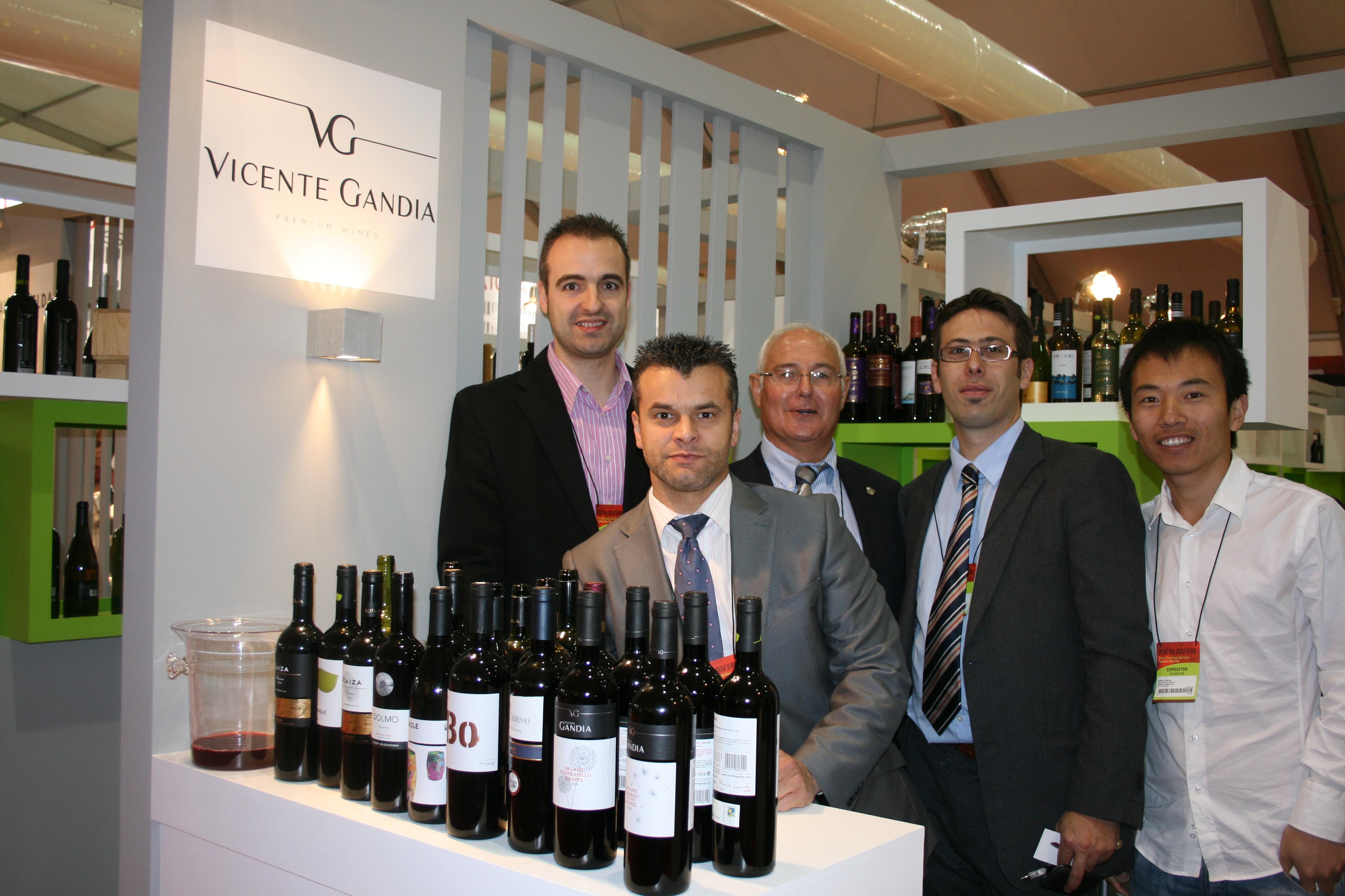 En Fenavin 2011 con miembros de la Bodega Vicente Gandía FUENTE: utielrequena.org