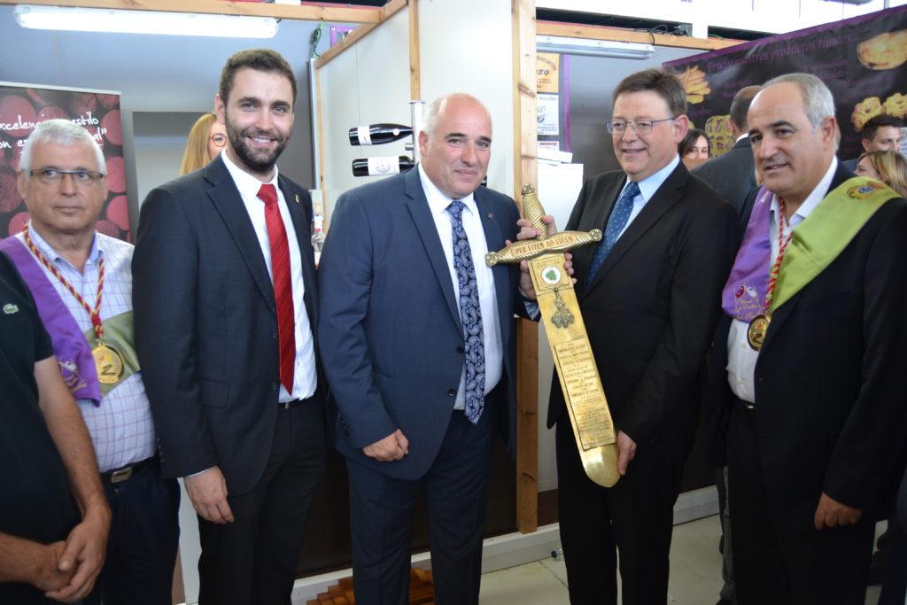 Ximo Puig visita el stand de DO Utiel-Requena