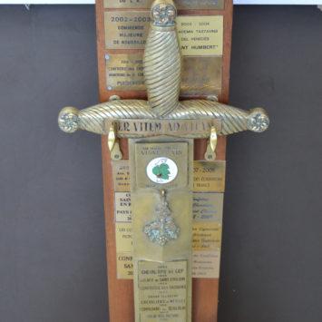 La Bodega Redonda expone la espada del Círculo de Enófilos Utiel-Requena