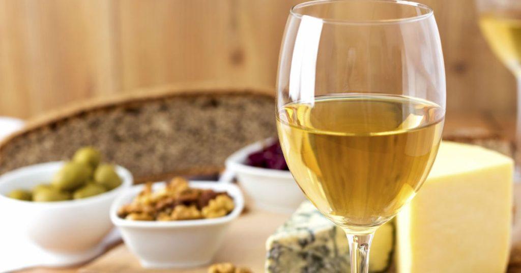 aperitivo-vino-blanco-fuente-guia-repsol