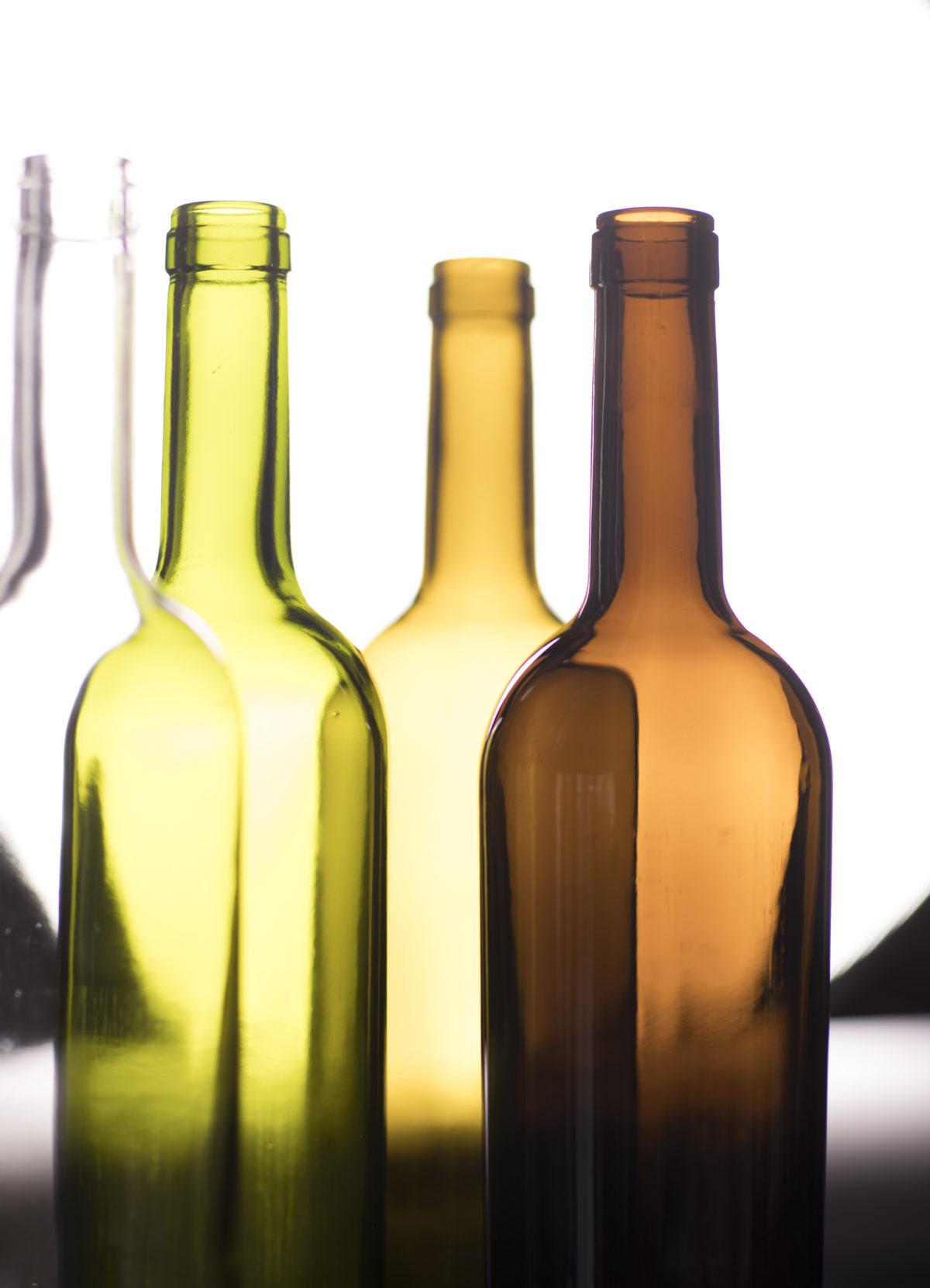 ¿Sabes que el color de las botellas de vino tiene su función?